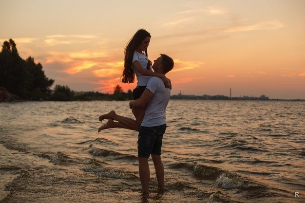 love-story-on-the-beachyoung-beautiful-loving-couple-hugging-on-the-beach-at-sunset_133138-109-1945820